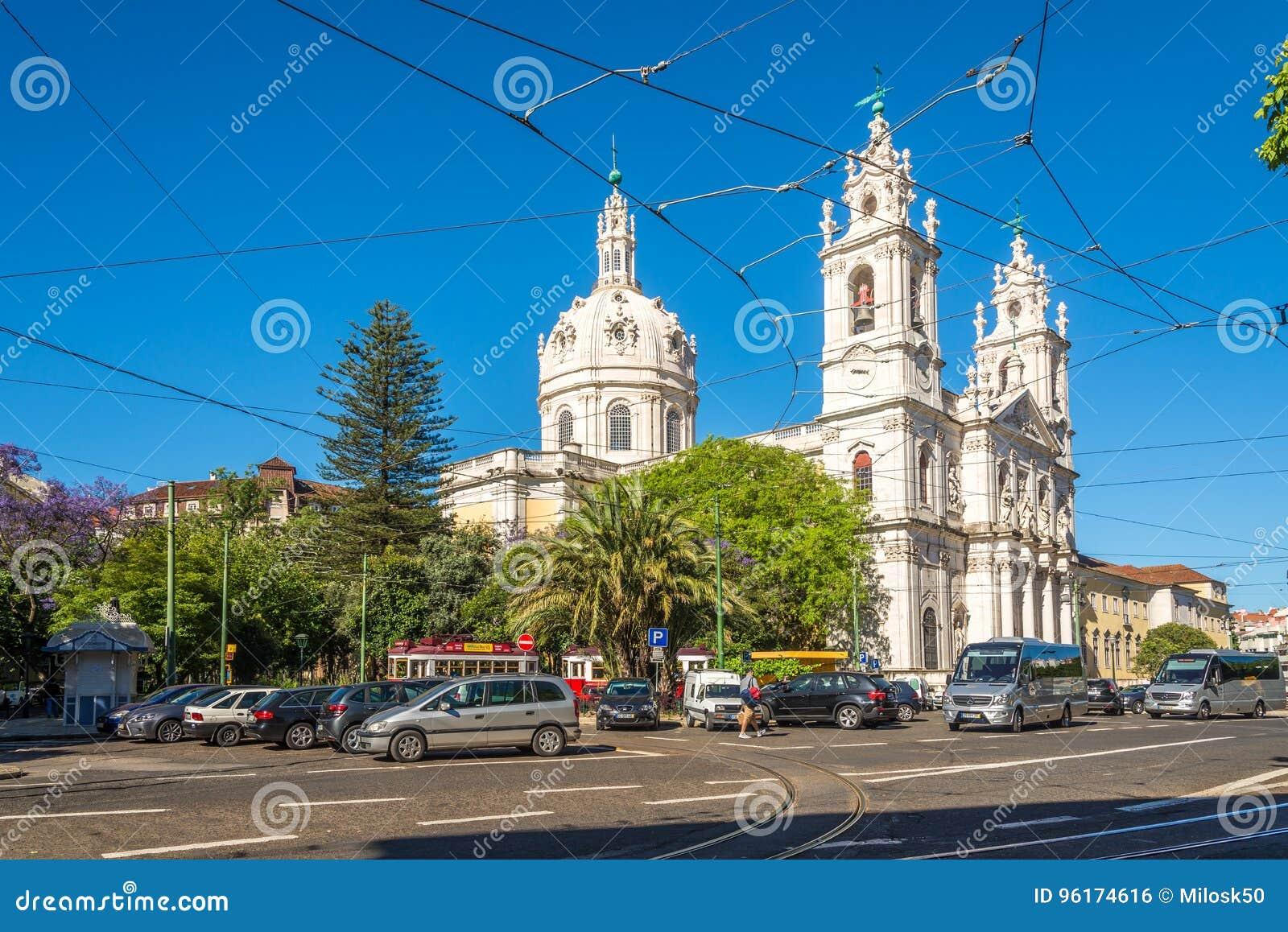 Sikt på basilikan da Estrela i gatorna av Lissabon i Portugal