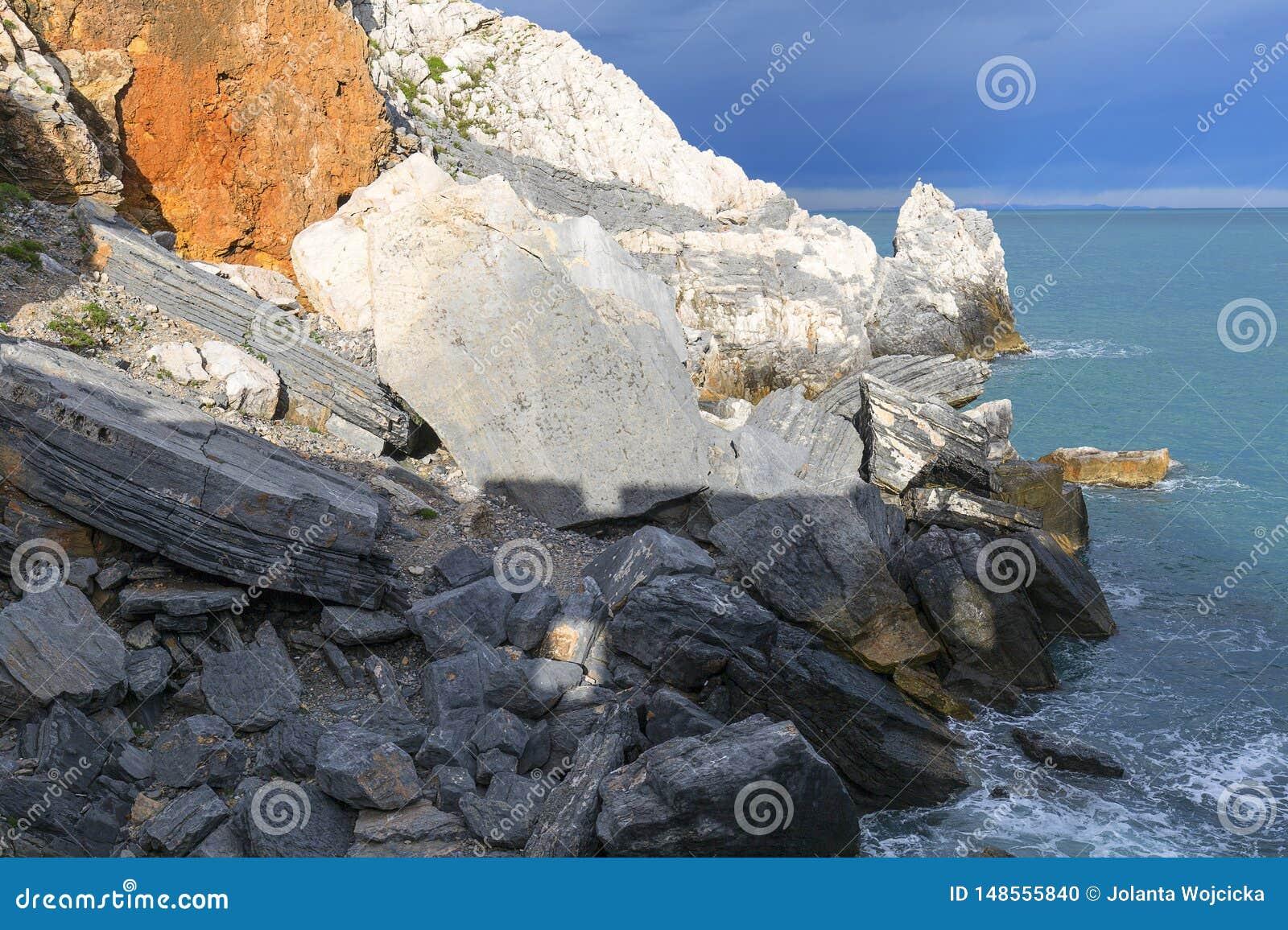 Sikt på Byron Grotto i fjärden av poeter, Portovenere, italienare Riviera, Italien