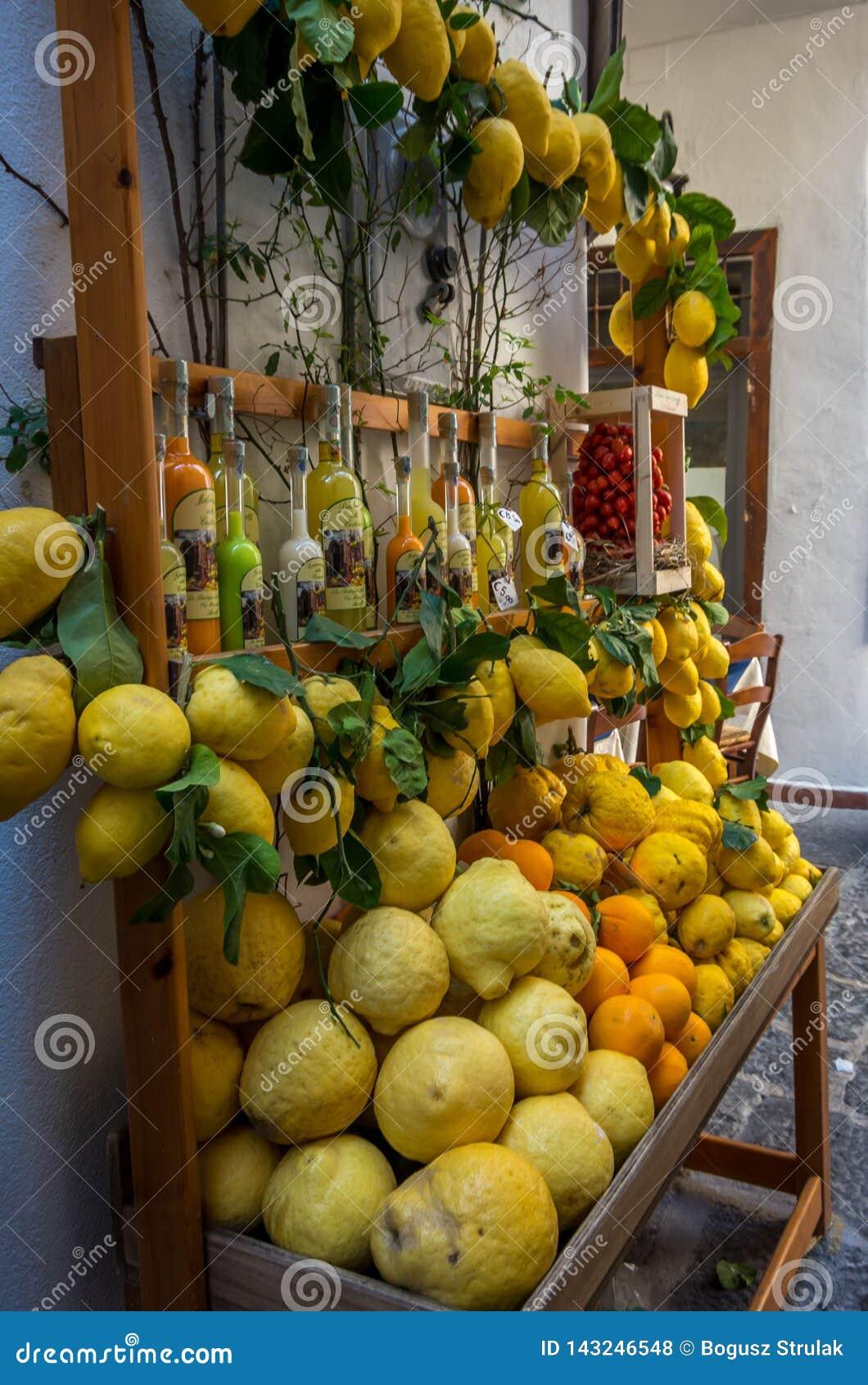 Sikt på de färgrika citronerna och de olika citrusfrukterna på den italienska basaren