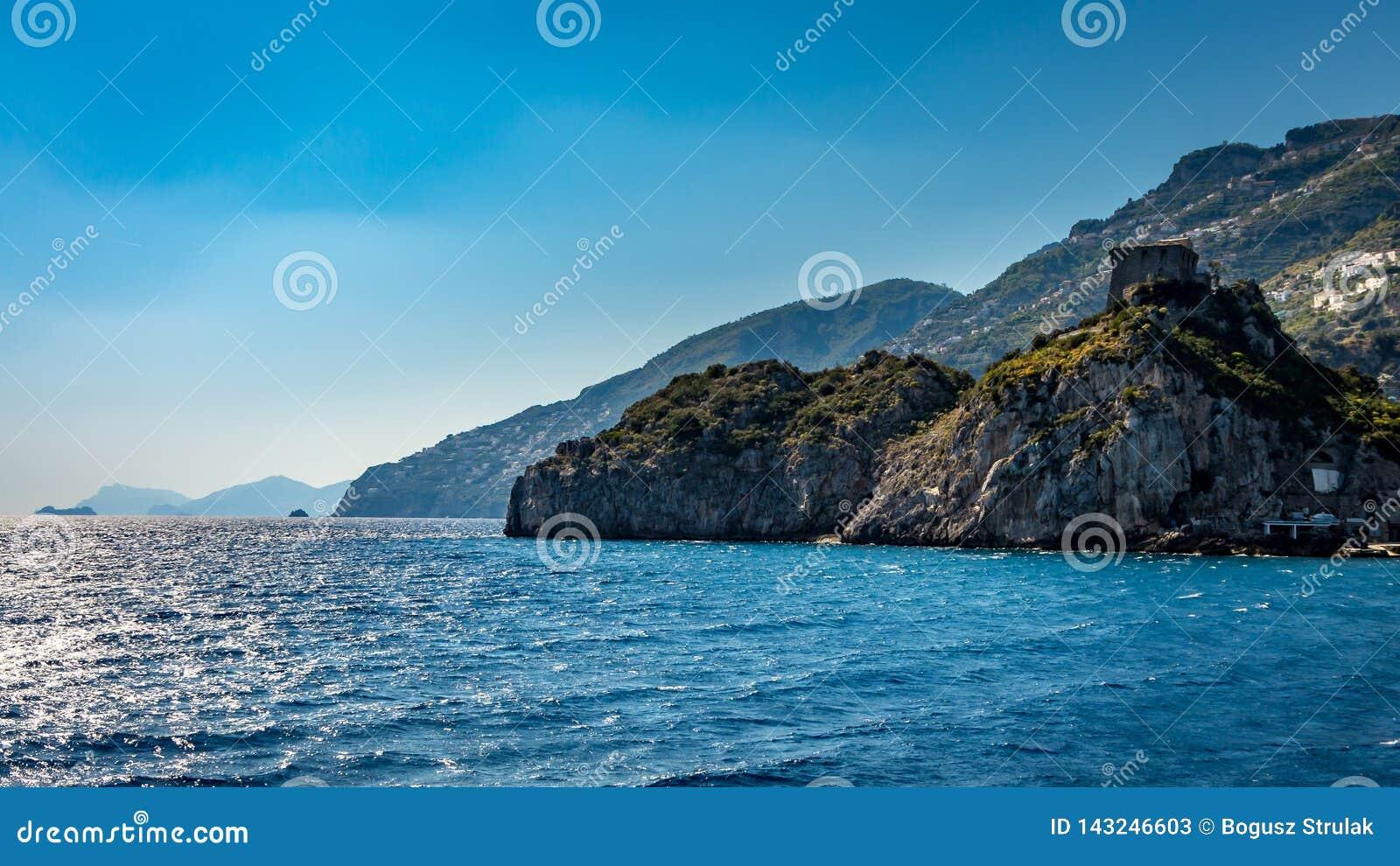 Sikt på den Amalfi kusten som ses från medelhavet, nära Positano, Italien