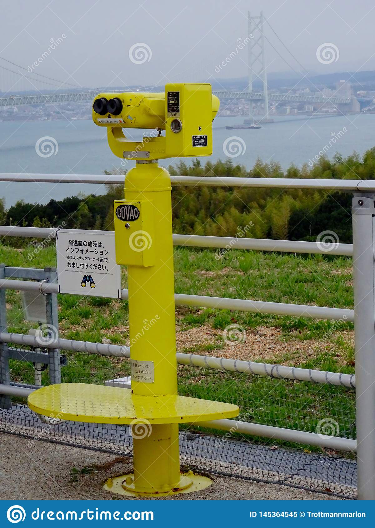 Sikt på den gula japanska touristic binokulär och Akashi Kaikyo bron