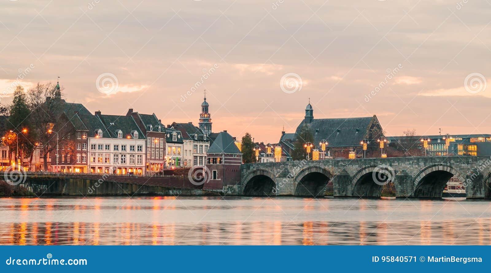 Sikt på den holländareSint Servaas bron med ljus i Maastricht