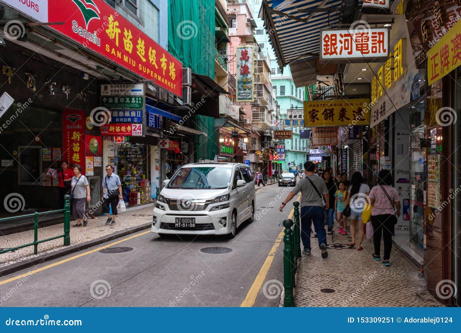 Sikt på den i stadens centrum gatan i Macao