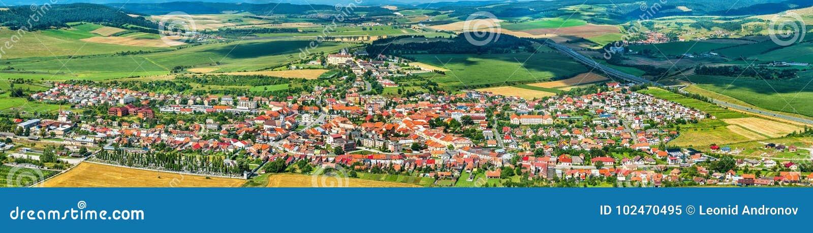 Sikt på den Spisske Podhradie staden från den Spis slotten, Presov region, Slovakien