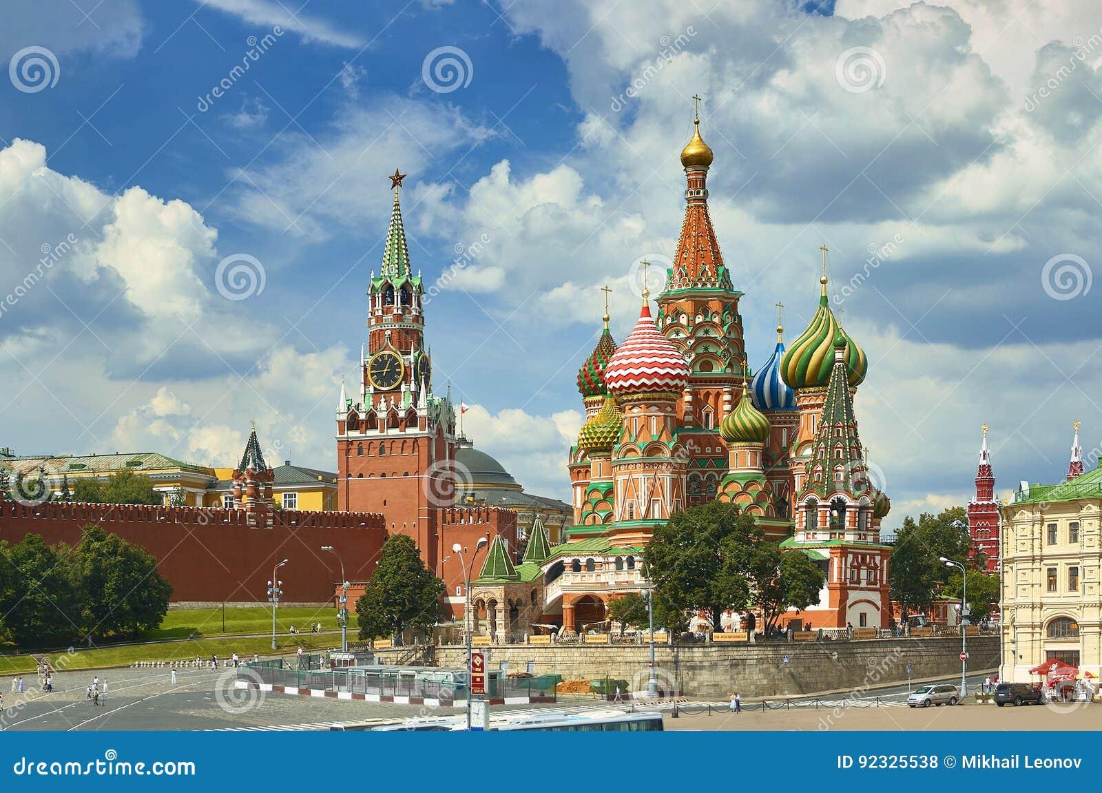 Sikt på för Moskva torn för röd fyrkant, Kreml, stjärnor och klockan Kuranti, Sankt kyrka för domkyrka för basilika` s Röd fyrkan