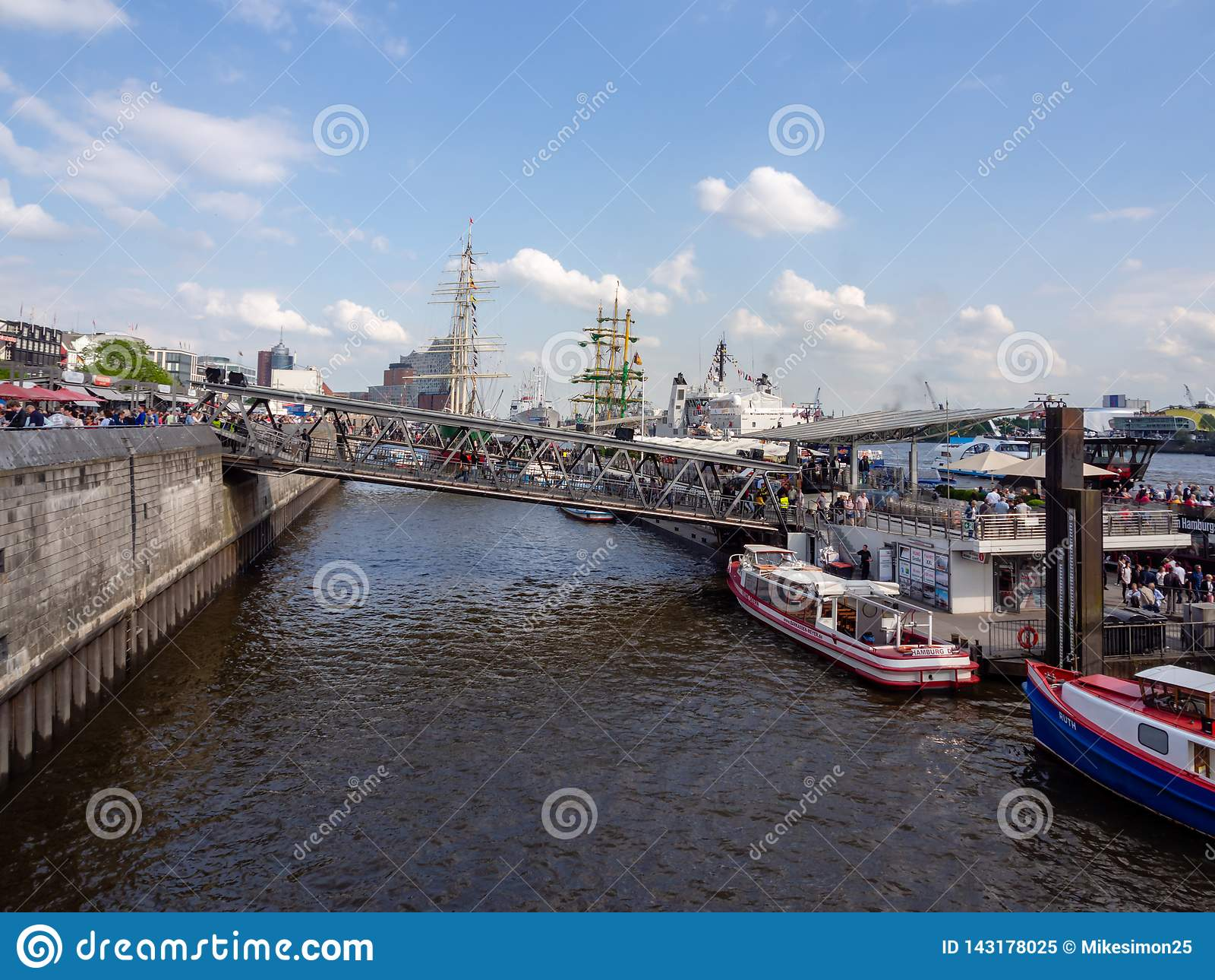 Sikt på fullsatta landa broar i den Hamburg hamnen på hamnfödelsedagen