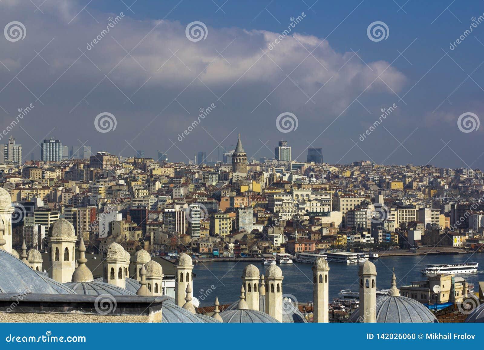 Sikt på Istanbul acrosbosphorus Torn och kupoler, kanal med seglingskepp och färgrik stad