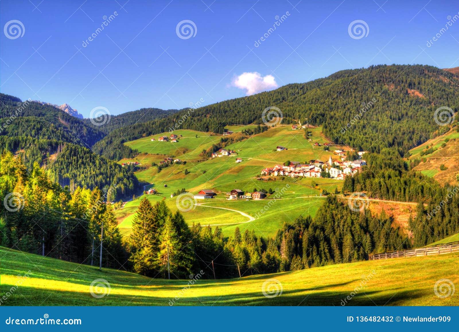 Sikt på italienska Dolomites, fjällängar