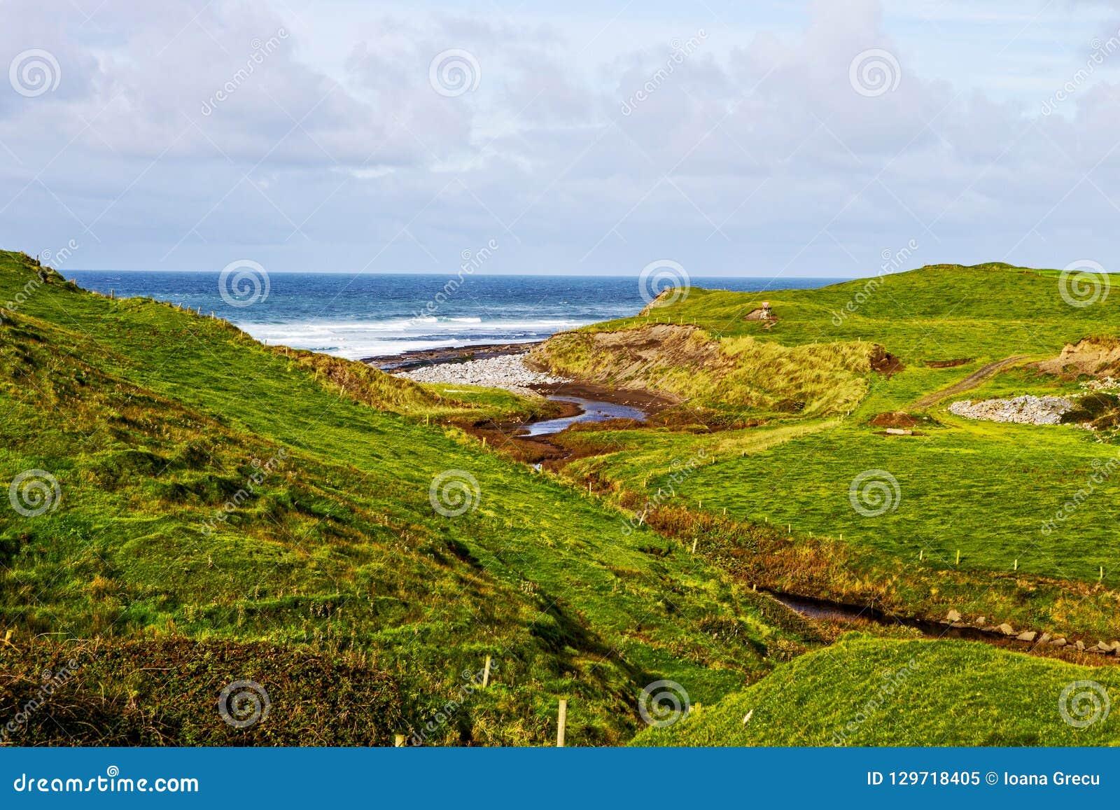 Sikt på klippor av Moher från Doolin, Irland
