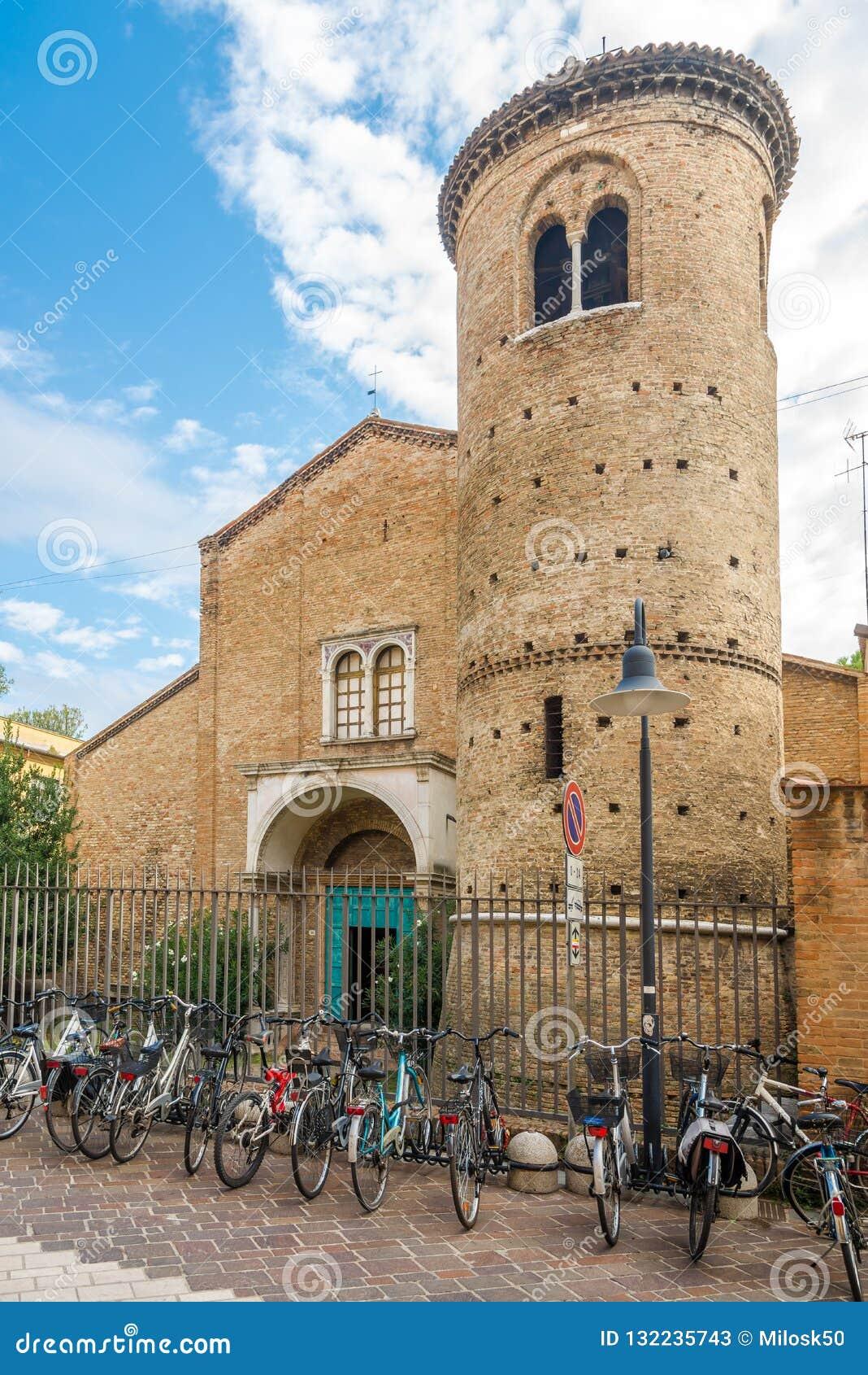 Sikt på kyrkan av helgonet Agata i Ravenna - Italien