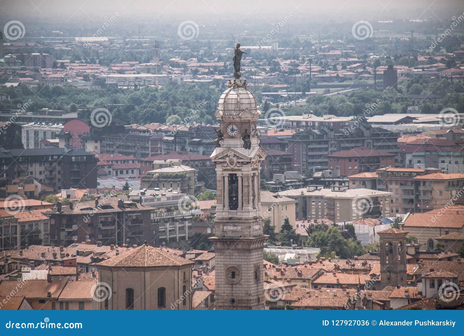 Sikt på kyrkligt torn i Bergamo, Italien