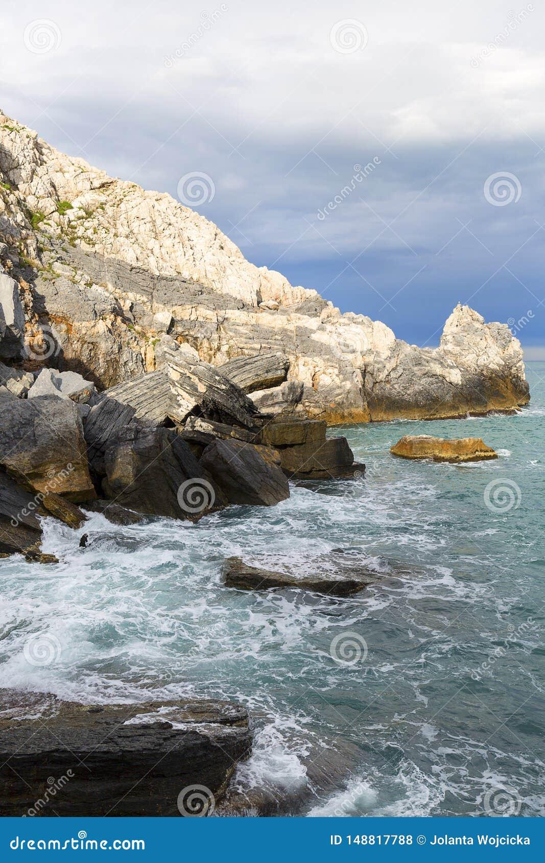 Sikt p? Byron Grotto i fj?rden av poeter, Portovenere, italienare Riviera
