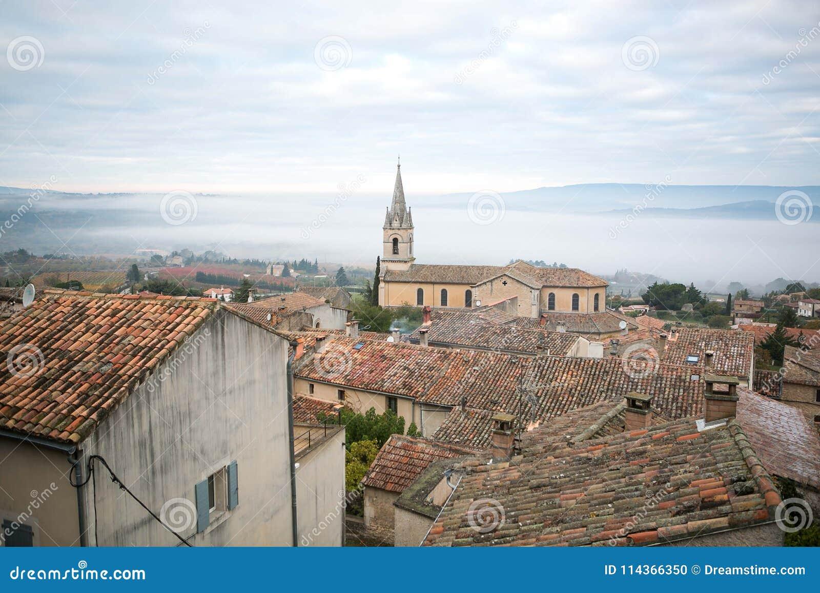 Sikt till den forntida staden av Bonnieux i Provence Frankrike