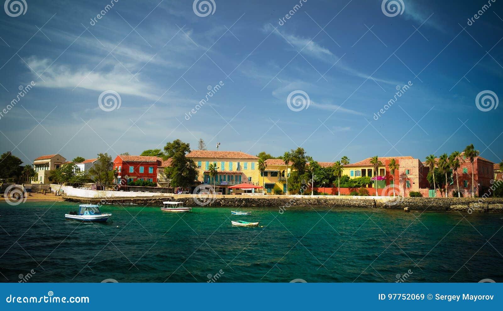 Sikt till den historiska staden på den Goree ön, Senegal