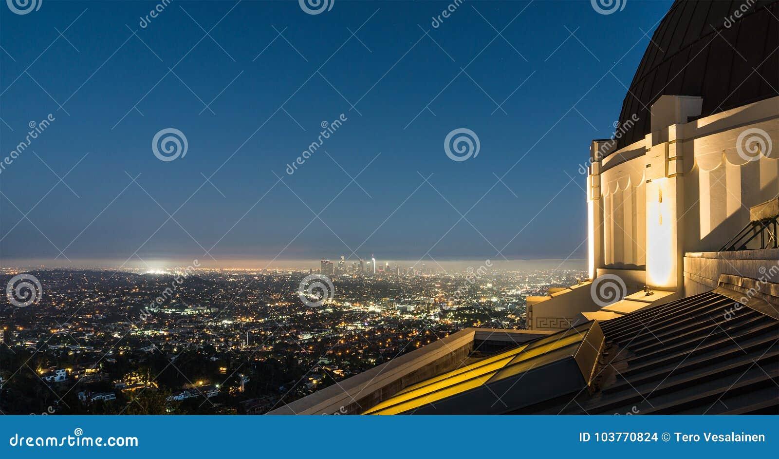 Sikt till Los Angeles som är i stadens centrum på natten från Griffith Observatory