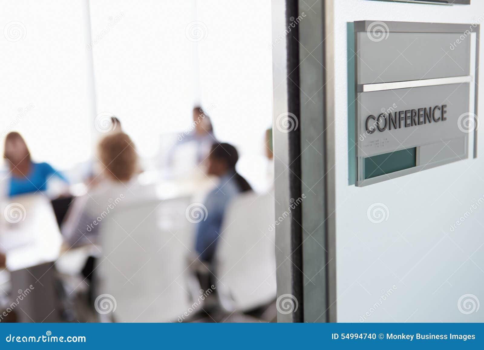 Sikt till och med dörr av konferensrum till affärsmötet