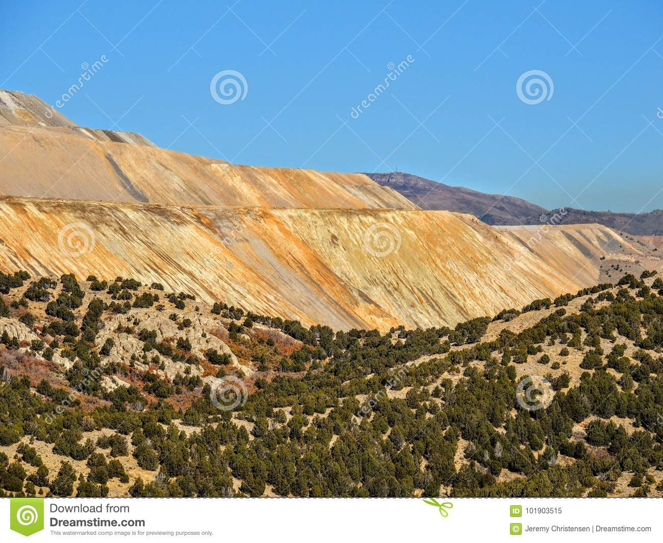 Sikten av Bingham Copper Mine Mountains i Autumn Fall som fotvandrar Rose Canyon Yellow Fork som är stor vaggar och den Waterfork