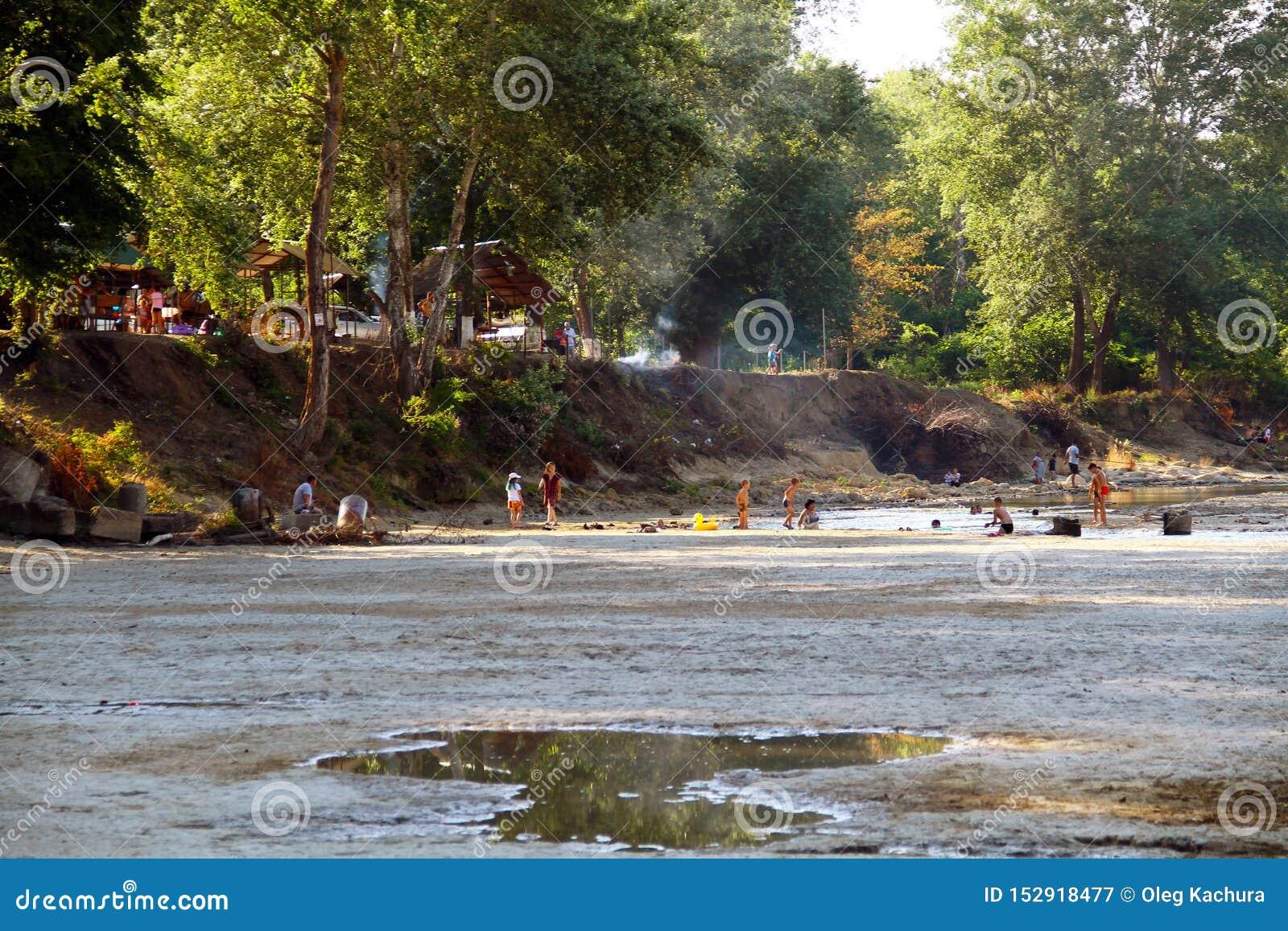 Sikten av den Belaya floden och allmänheten parkerar längs floden Folket kopplar av på flodbanken
