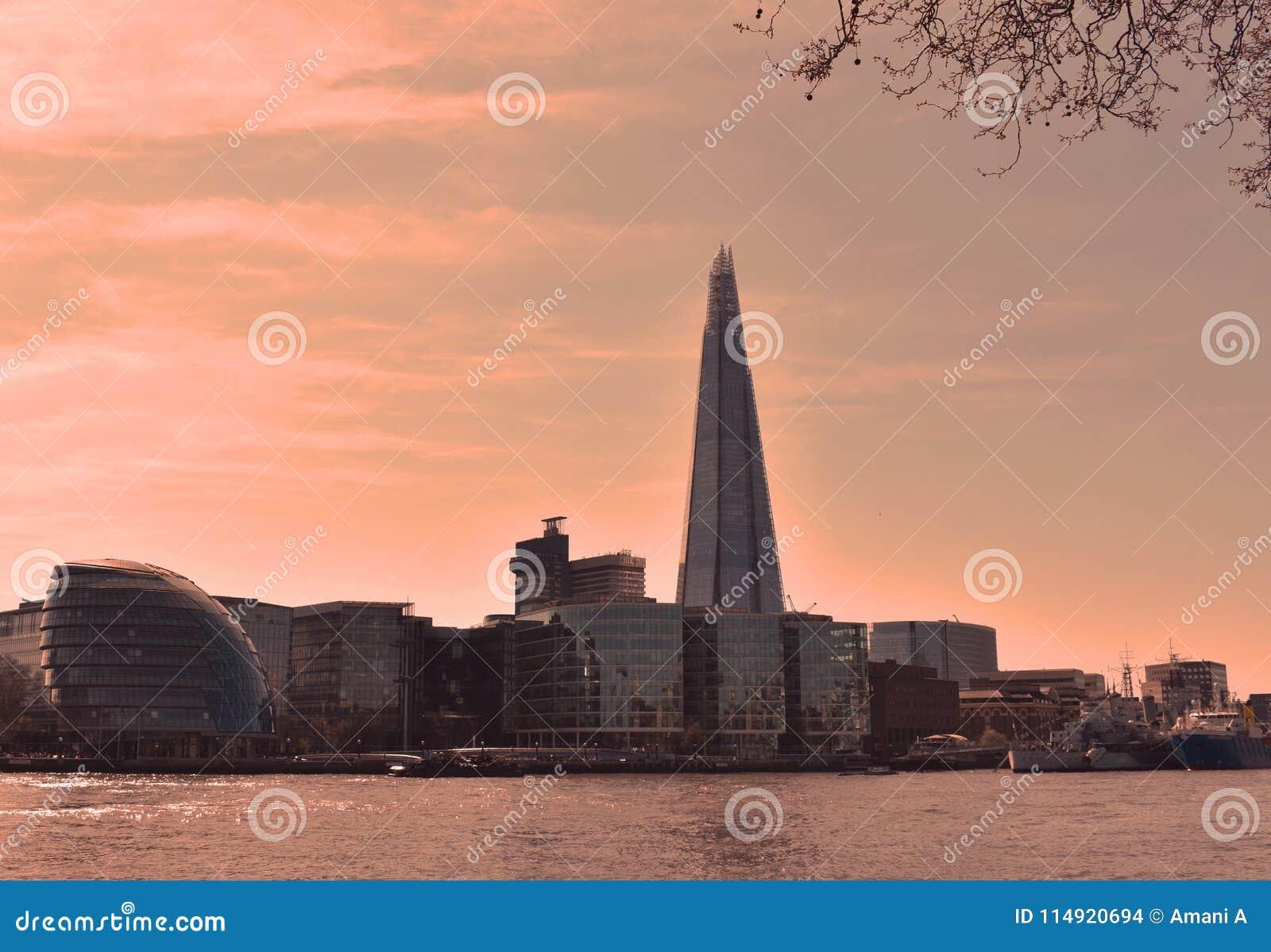 Sikten av den berömda skärvan och stadshuset på den södra banken för London ` s på soluppgång london uk April 2018