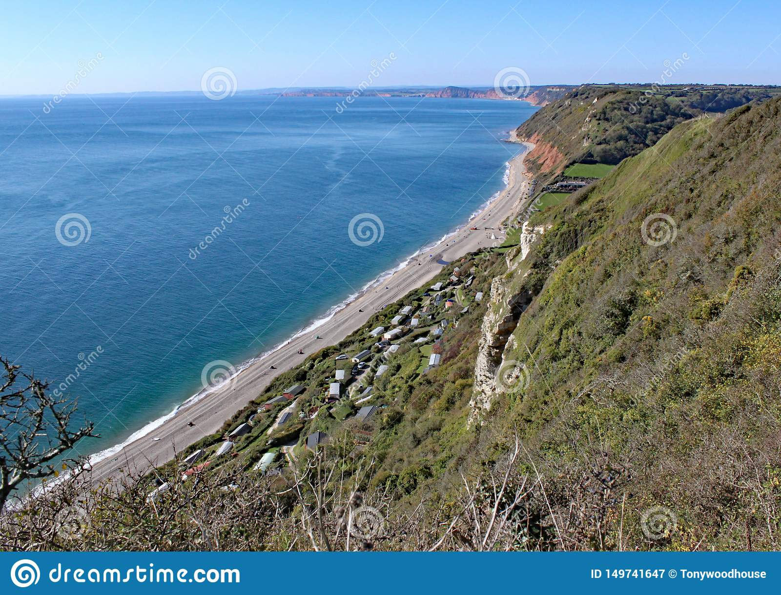 Sikten av den Branscombe stranden på klippan går från öl i Devon, England
