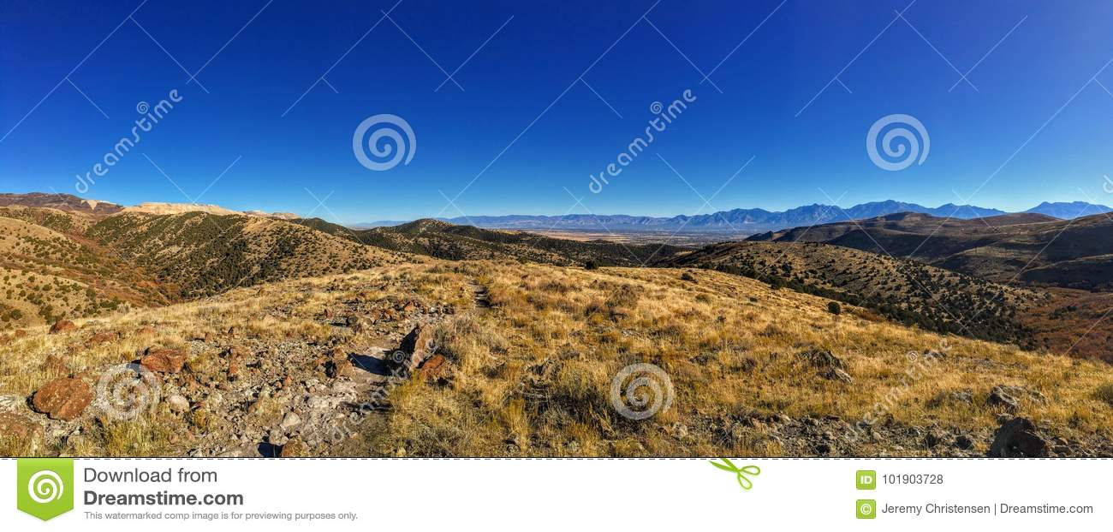 Sikten av den Salt Lake dalen och den Wasatch framdelen deserterar berg i Autumn Fall som fotvandrar Rose Canyon Yellow Fork som