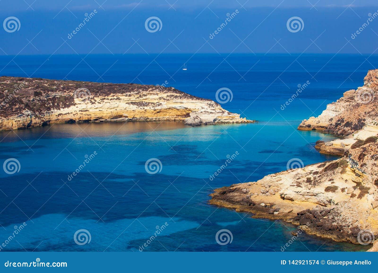 Sikten av kaninerna sätter på land eller Conigli ön, Lampedusa