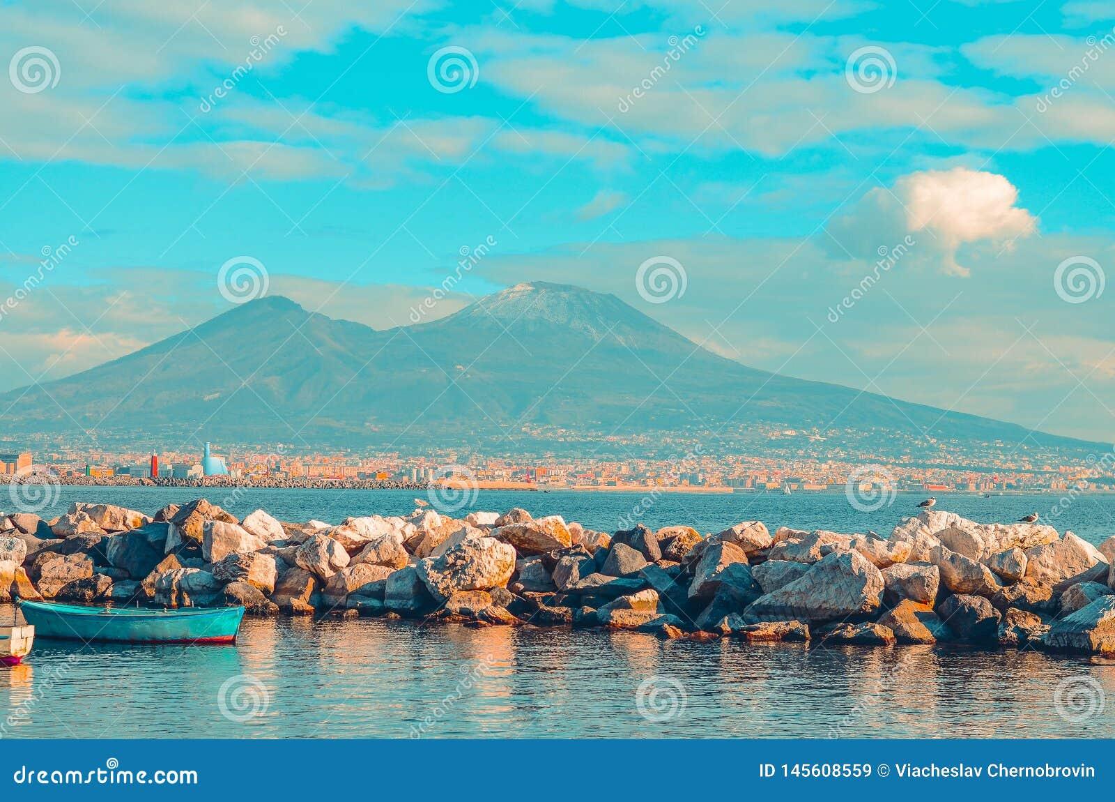 Sikten av Mount Vesuvius och golfen av Naples med vaggar och det blåa fartyget italy naples