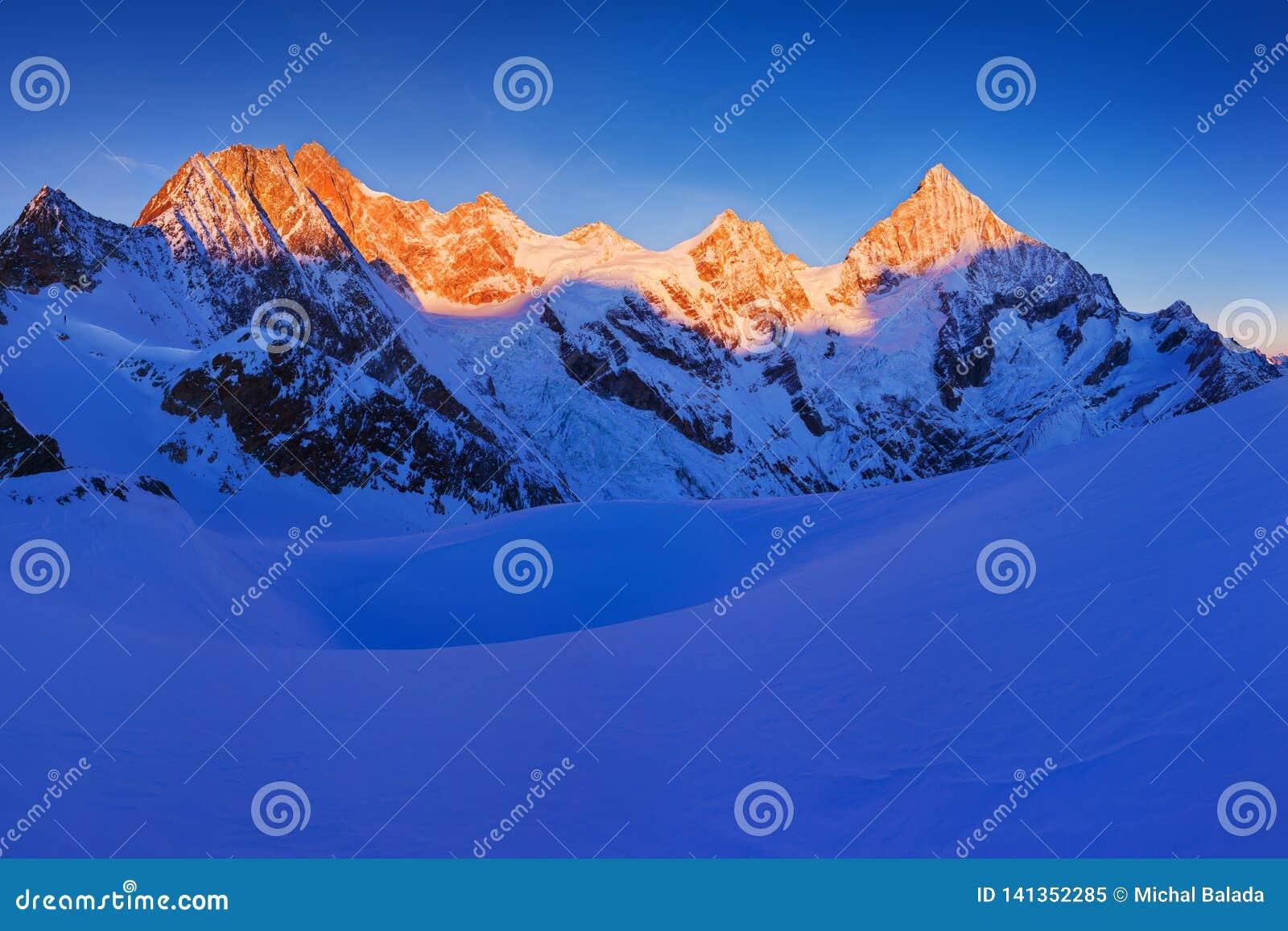 Sikten av snö täckte landskap med bucklaBlanche berg och det Weisshorn berget i de schweiziska fjällängarna nära Zermatt panorama