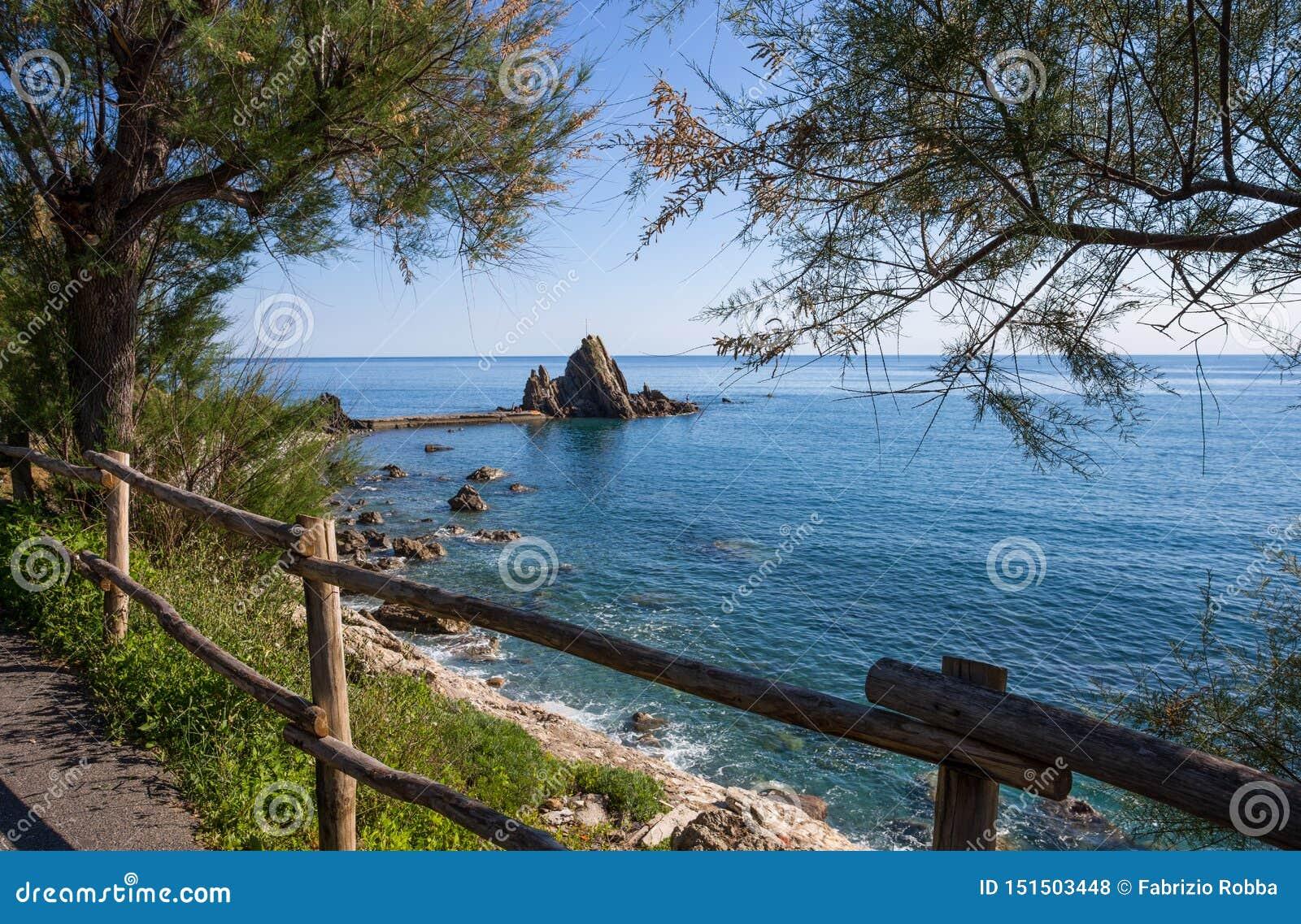 Sikten av vaggar med korset i byn av Riva Trigoso, det ligurian riviera, Genua landskapet, Italien