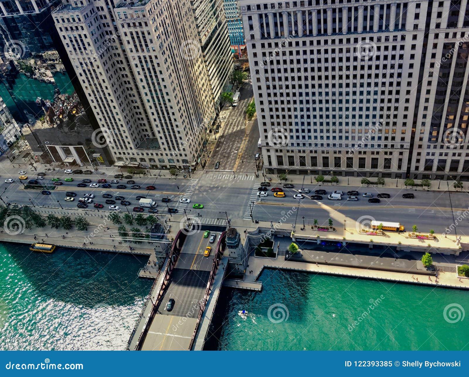 Sikten för den höga vinkeln av sommar i Chicago, inklusive Chicago River, skolbussen, Wacker drev, skuggor gjuter av av byggnader