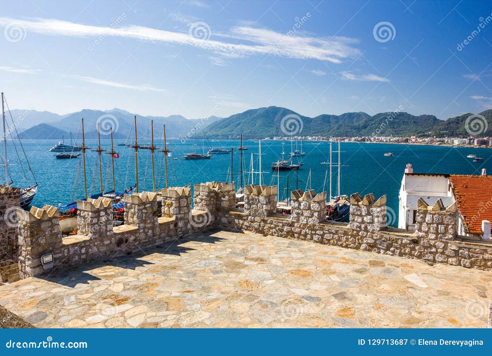 Sikten från det turkiska fortet av fästningen av den Marmaris fjärden,