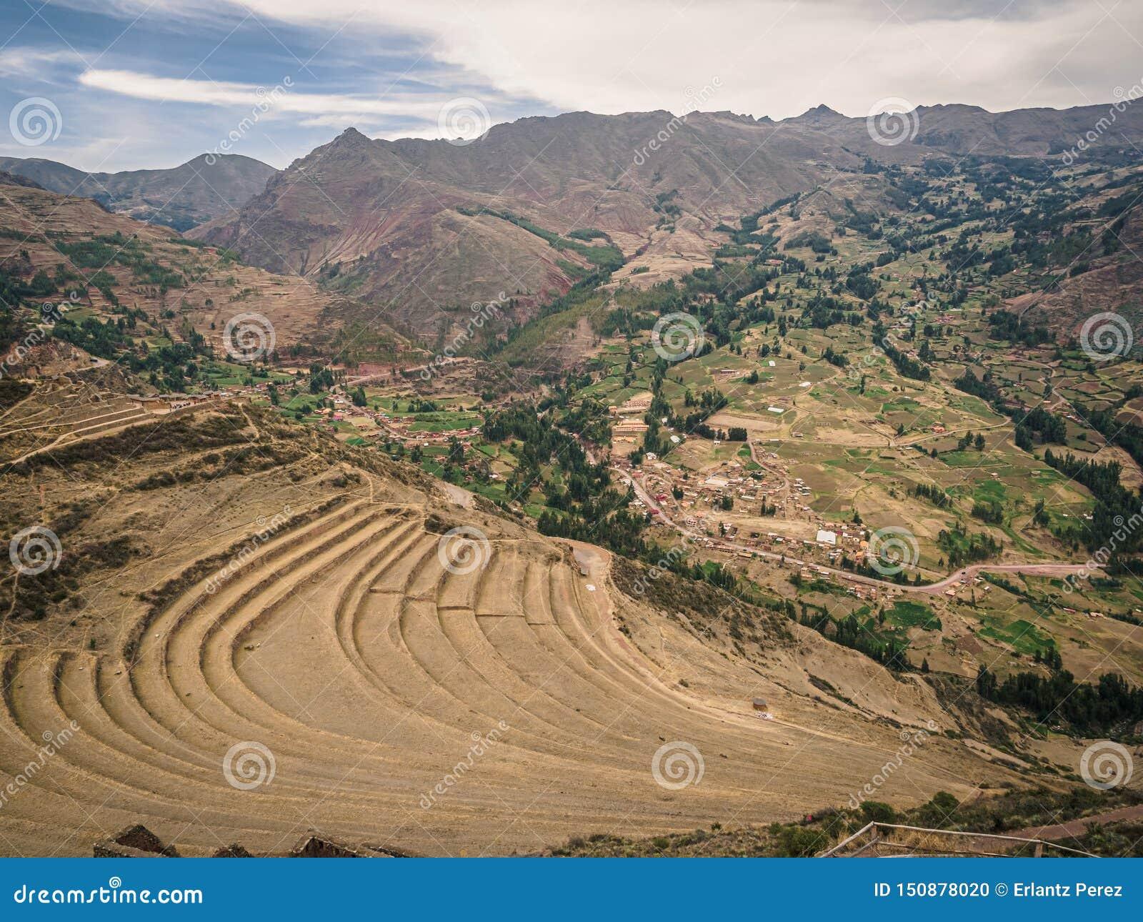 Sikten från incaen fördärvar av Pisac i Peru Incaodlingterrasser