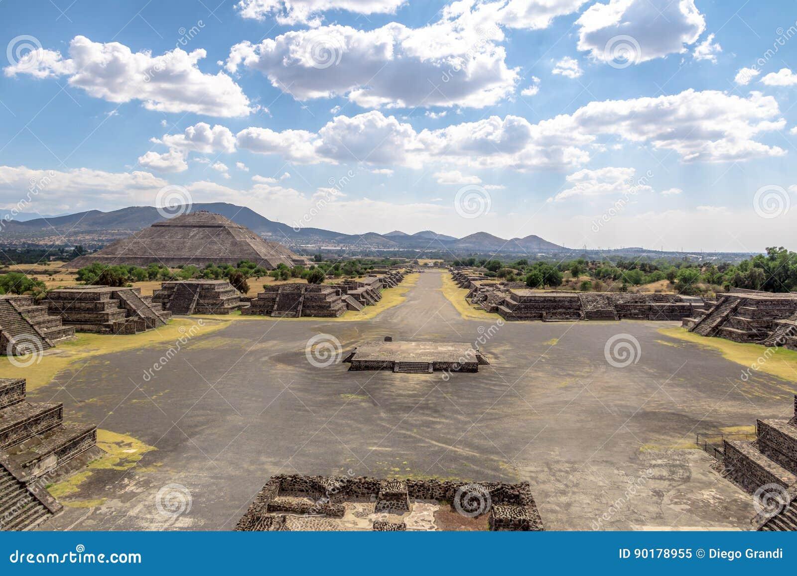 Sikten från ovannämnt av plazaen av månen och den döda avenyn med solpyramiden på bakgrund på Teotihuacan fördärvar - Mexico - st