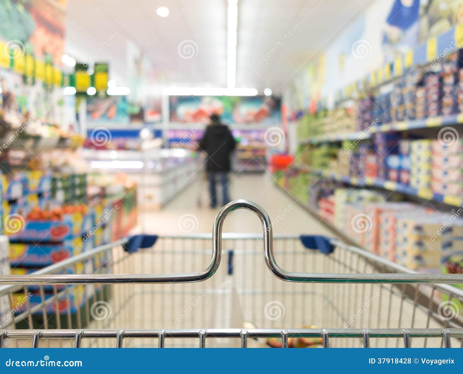 Sikten från spårvagnen för shoppingvagnen på supermarket shoppar. Detaljhandel.