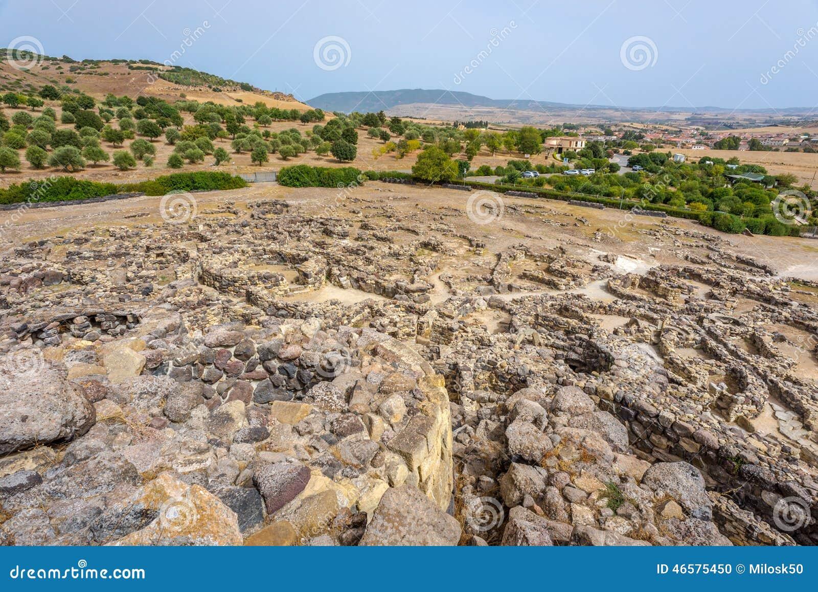 Sikten på fördärvar från nuraghe för Su Nuraxi nära Barumini i Sardinia