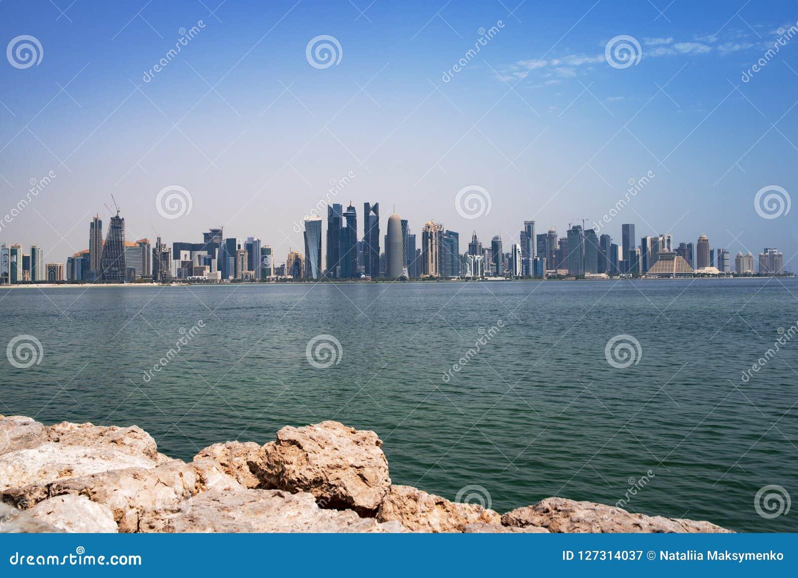 Sikten på finansiell mitt av Doha från den västra fjärden