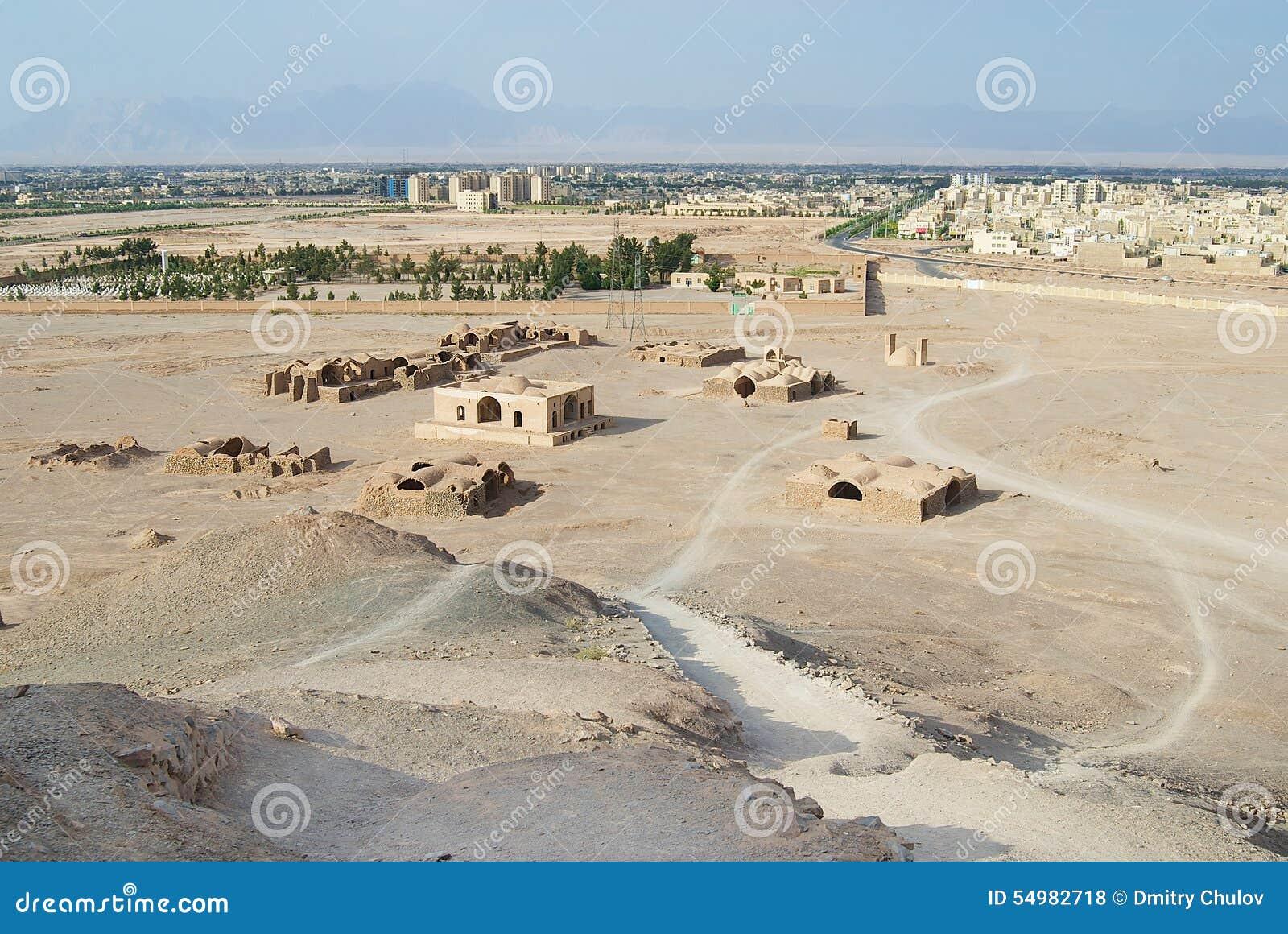 Sikten till Zoroastriantemplen fördärvar och den Yazd staden från tornet av tystnad i Yazd, Iran