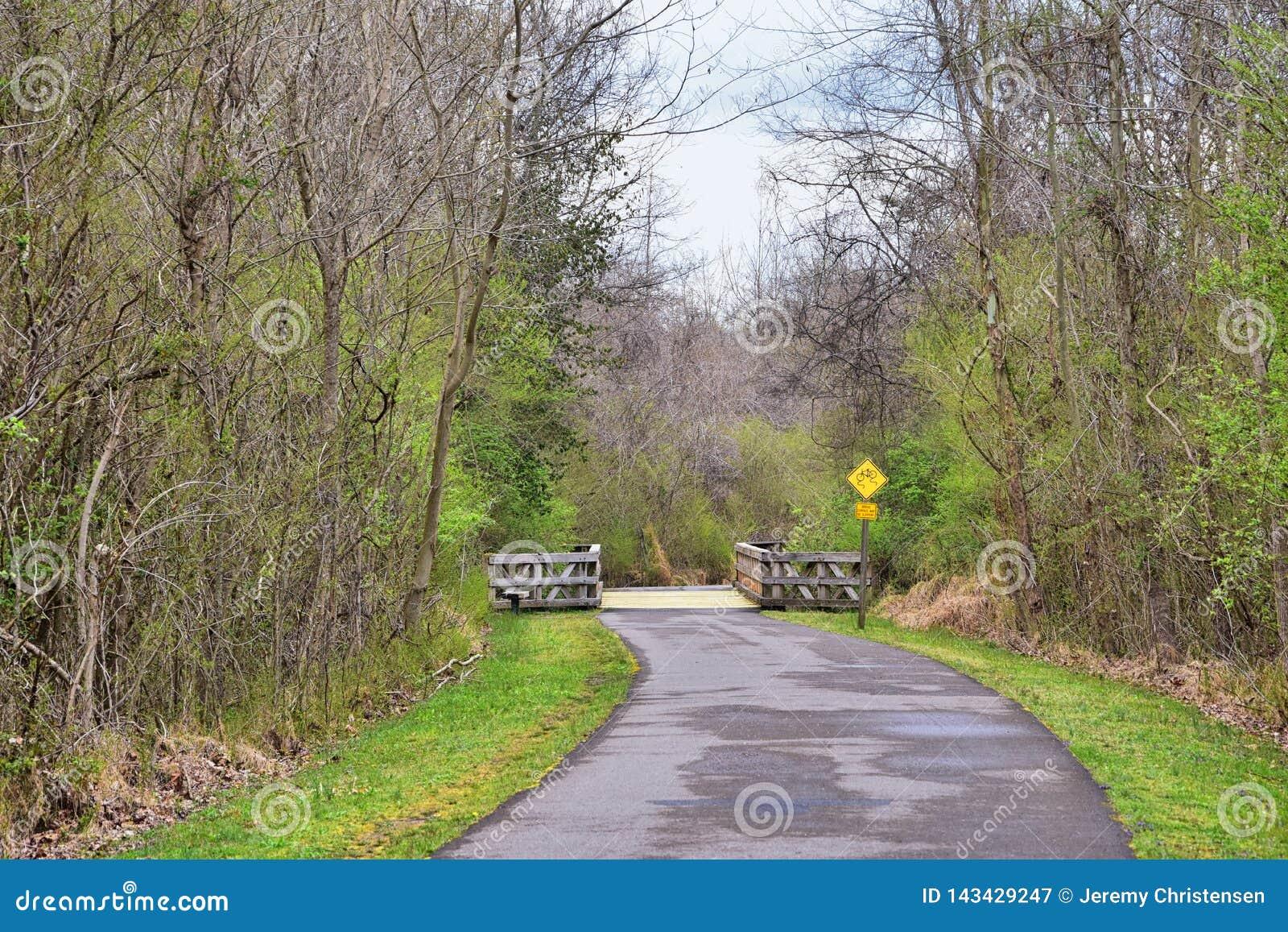 Sikter av broar och banor l?ngs Shelby Bottoms Greenway och de naturliga slingorna f?r omr?desCumberland River fasad, bottomland