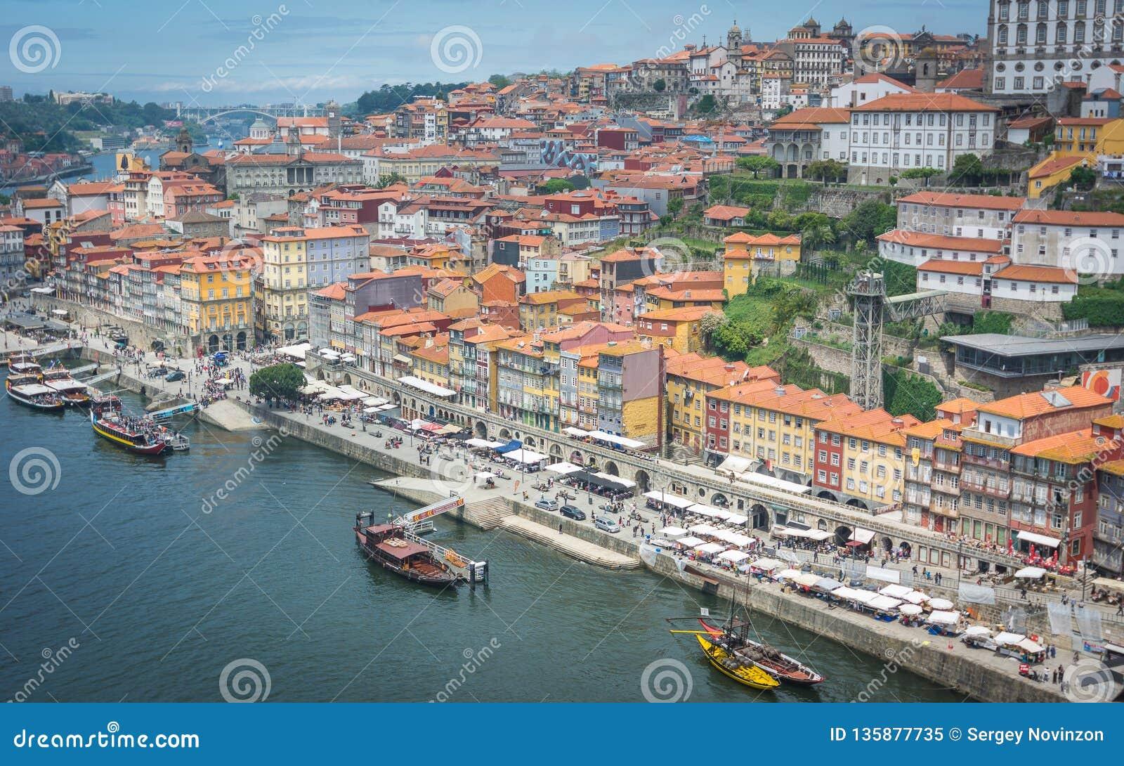 Sikter av floden Douro och byggnader av Porto