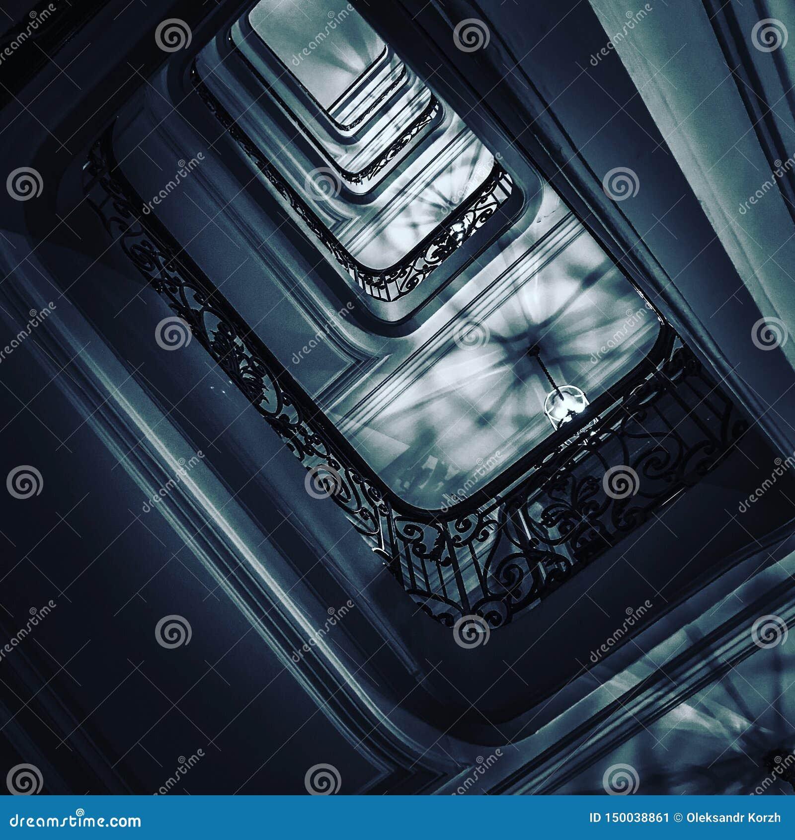 Siktsbotten upp på härlig lyxig trappuppgång med träräcke