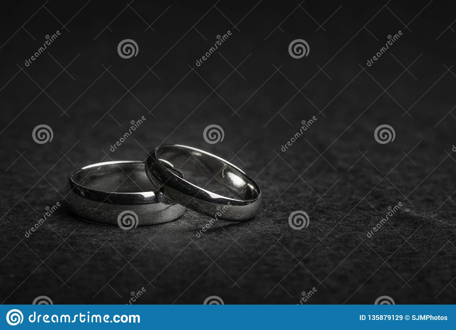Silberhochzeit-Ringe auf einem Felsenhintergrund