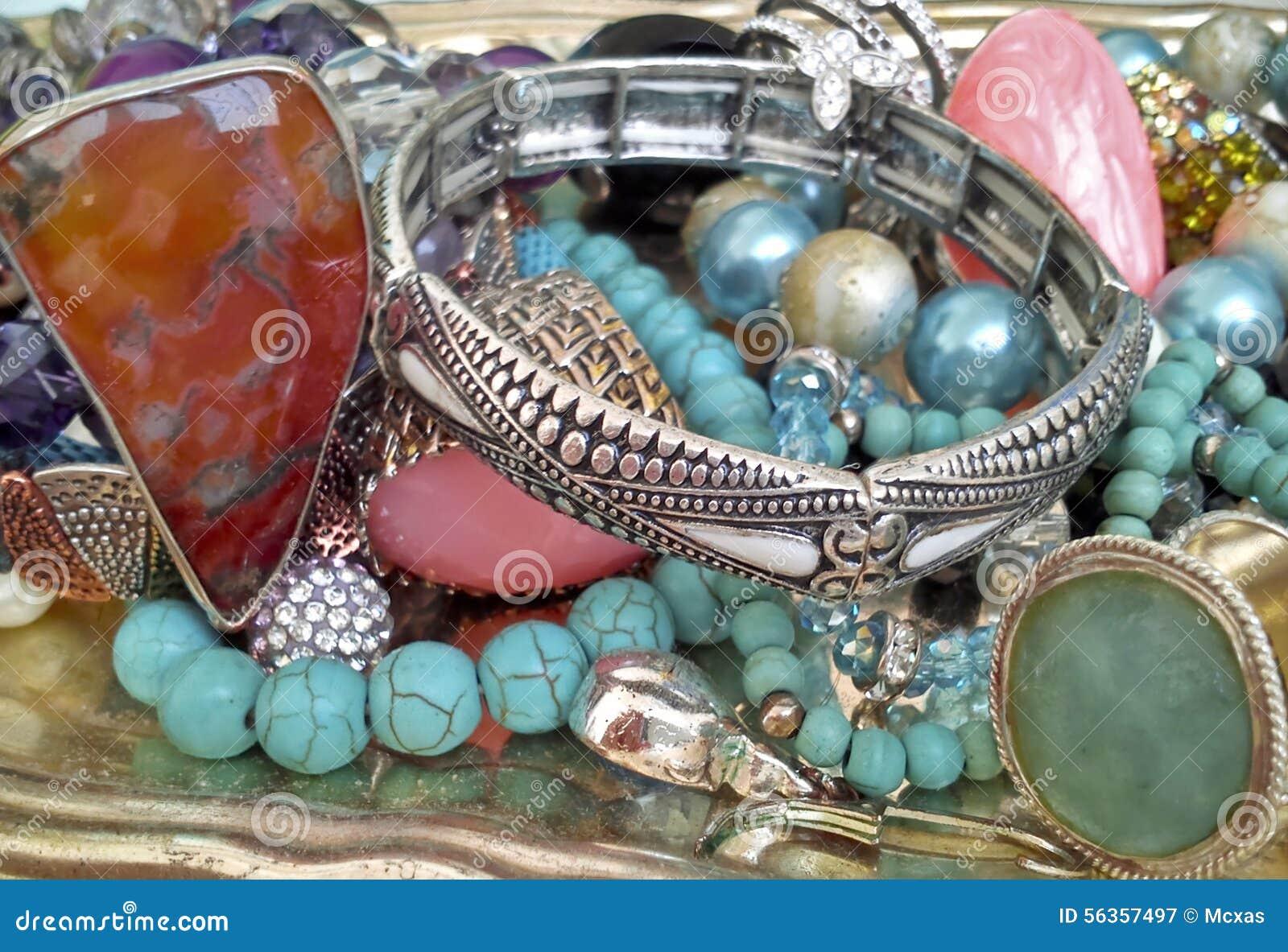Edelsteinschmuck  Silbermünzen Und Edelsteinschmuck Stockfoto - Bild: 56357497