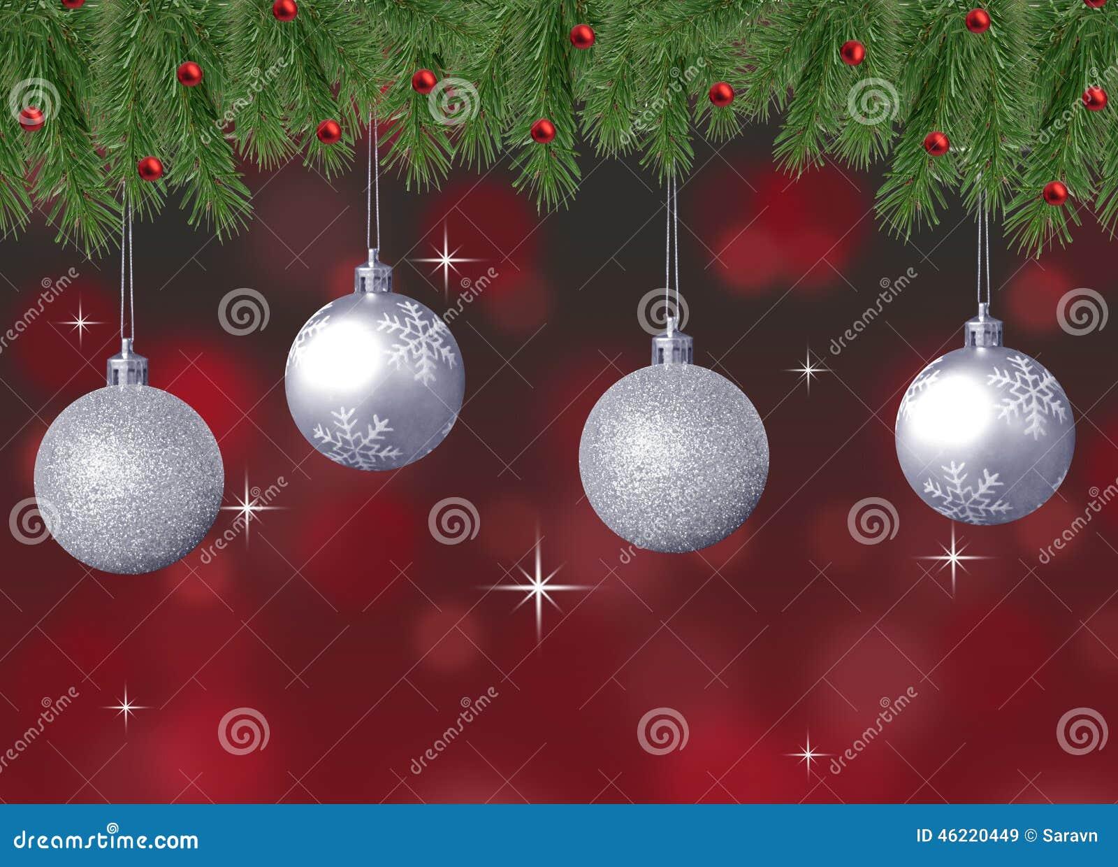 Silberne Schein- und Schneeflockenweihnachtsbälle mit rotem abstraktem bokeh Hintergrund und Kiefer verzweigen sich