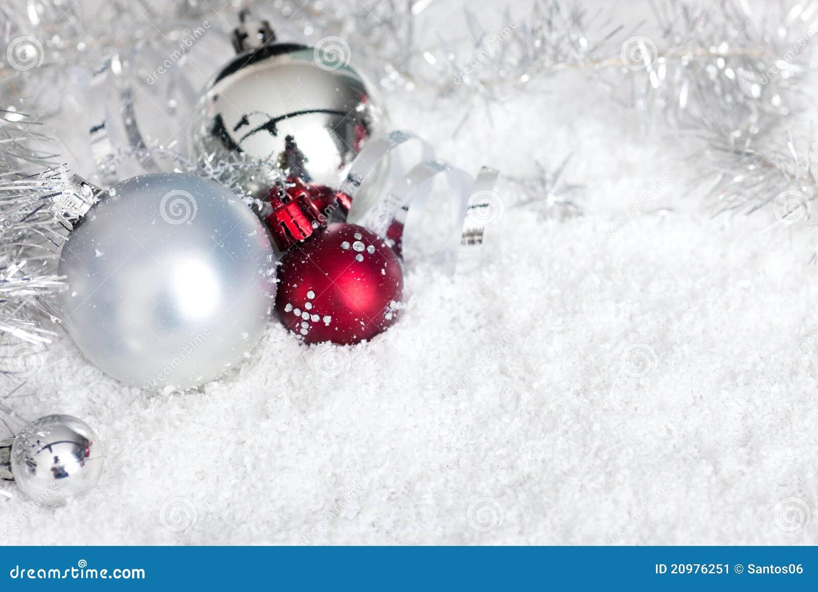 Silberne weihnachtskugeln im schnee stockbild bild 20976251 for Weihnachtskugeln bilder