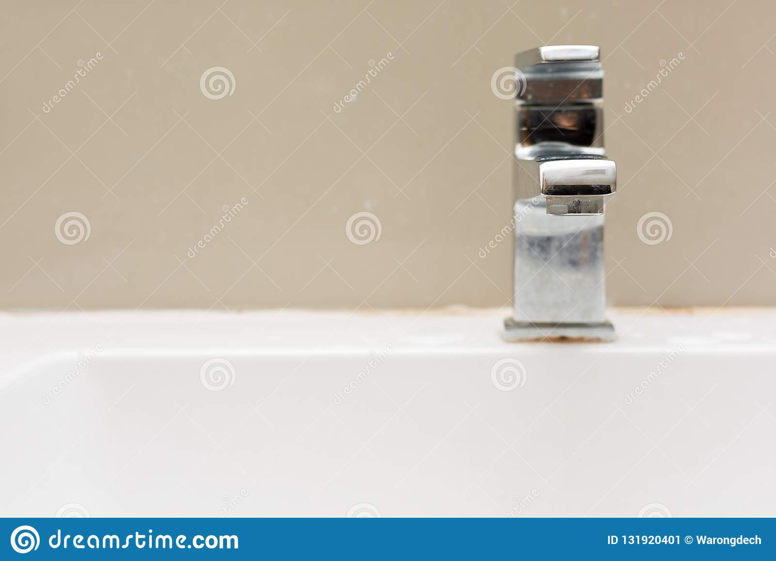 Silberner Hahn im Badezimmer, Wasserführung vom Hahn
