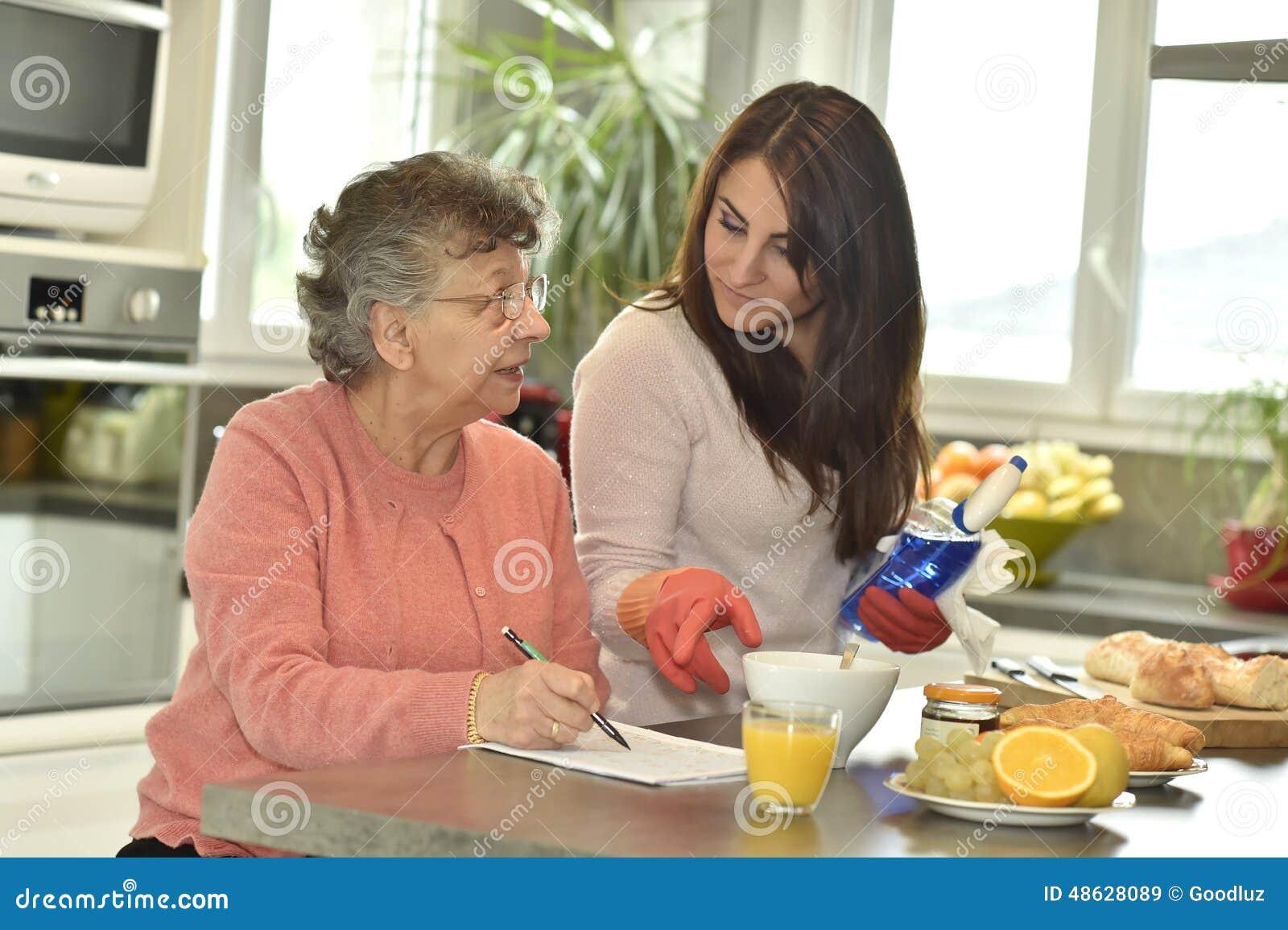 Silbido de bala casero del  del helÄ del cuidador una mujer mayor que hace el crucigrama