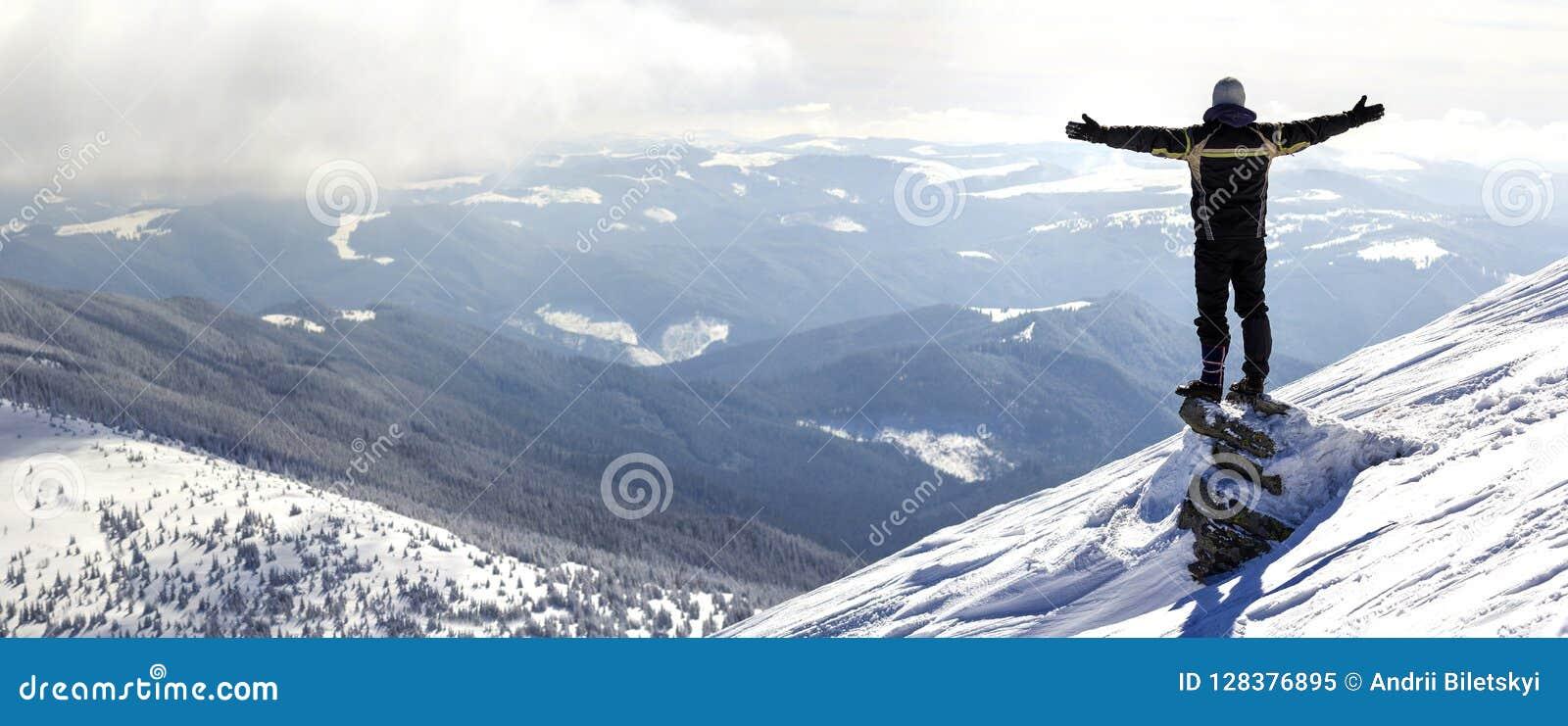 Silhouet die van alleen toerist zich op sneeuwbergbovenkant bevinden in wi