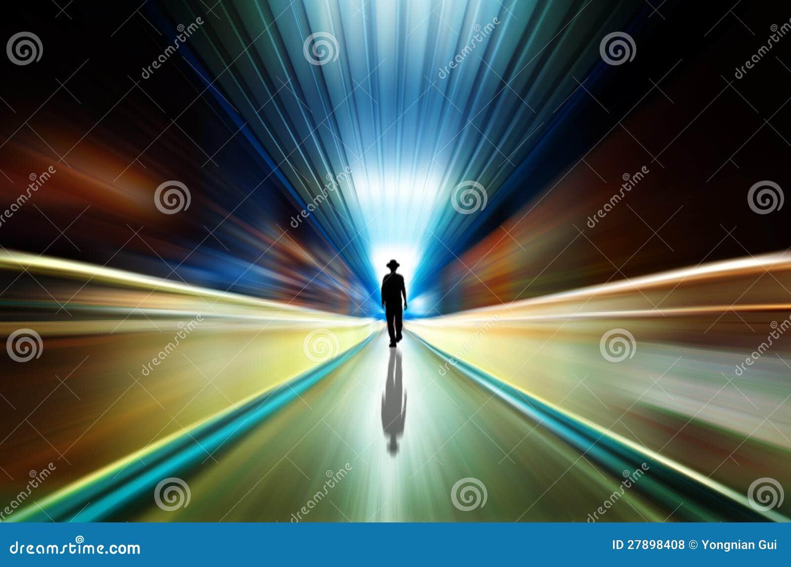 Silhouet in een metrotunnel. Licht op Eind van Tunnel