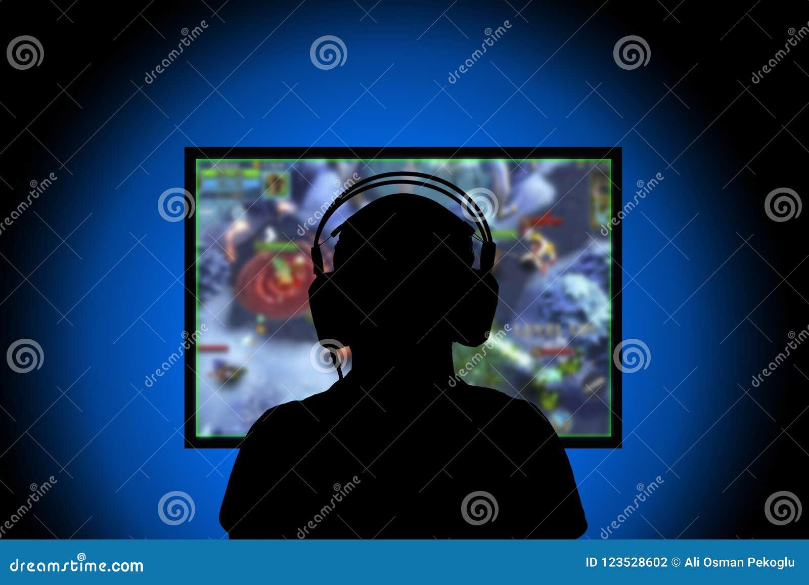 Silhouet, Jonge mens het spelen videospelletjes op PC thuis