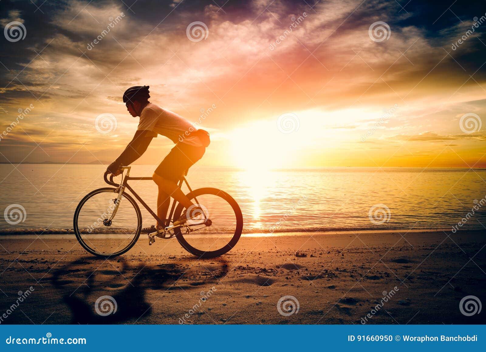 Silhouet van de fiets van de sportmanrit